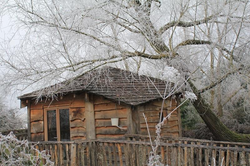 Cabane sur l'eau en hiver