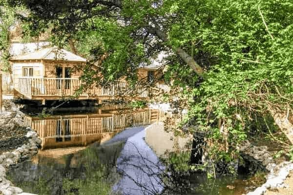 cabane sur l'eau, un hébergement insolite